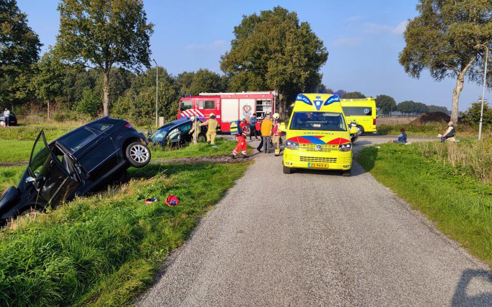 Twee autos in de sloot en gewonde bij ongeluk op kruising in Grolloo.