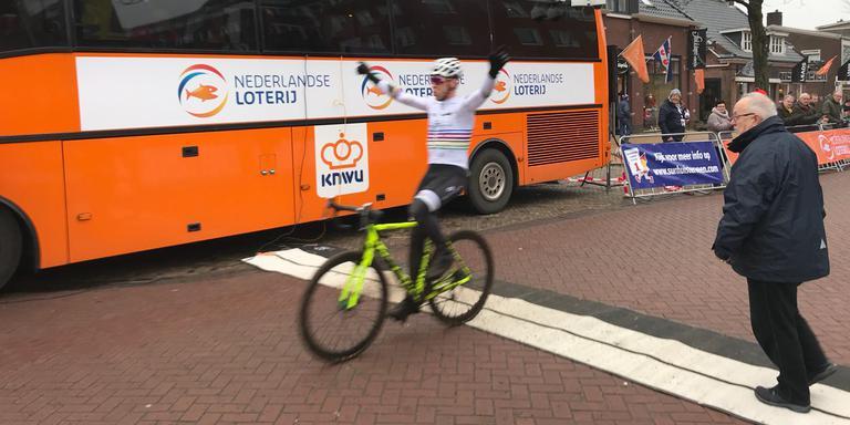 Erik Dekker passeert als eerste de finish in Surhuisterveen