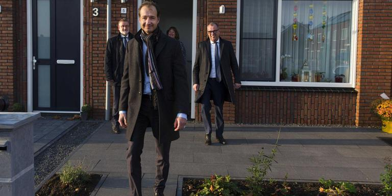 Minister Eric Wiebes van Economische Zaken en Klimaat tijdens een werkbezoek aan het aardbevingsgebied in Groningen.