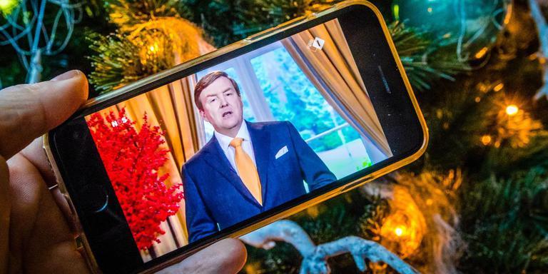 De kersttoespraak van Koning Willem-Alexander op eerste Kerstdag 2017 gezien vanuit een huiskamer. Foto NOVUM/ROB ENGELAAR