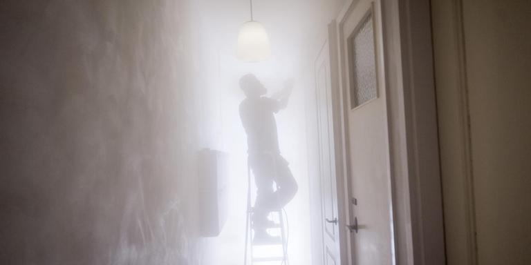 Reparatie van aardbevingsschade in een huis in de stad Groningen. Het huis figureert niet in dit verhaal. Foto Archief Kees van de Veen