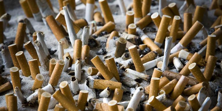 De industrie zou door heimelijke toevoegingen aan sigaretten beginnende rokers snel verslaafd maken en de verslaving van bestaande rokers bewust in stand houden. Foto: ANP XTRA/Lex van Lieshout