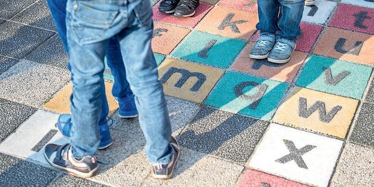 a8240bd1553 Leerlingen van De Skelp in Drachten, een school voor kinderen met  gehoorproblemen en taalontwikkelingsstoornissen.
