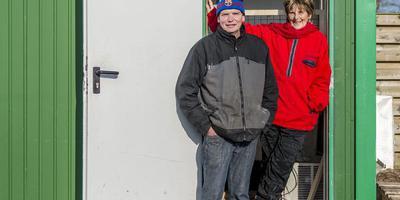 Pieter Landman en Lenie 't Hart voor de keet waarin zij een nieuwe zeehondenopvang beginnen. FOTO GEERT JOB SEVINK