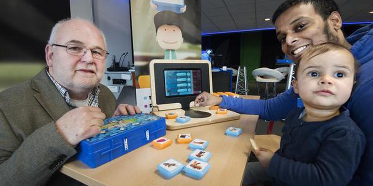 Willem Kooistra van de PTH-Groep heeft een laptop ontwikkelt waarmee kinderen op het speciaal onderwijs digitale vaardigheden op kunnen doen. links Willem Kooistra en rechts Chamin Hardeman met zijn dochtertje. FOTO: MARCEL VAN KAMMEN