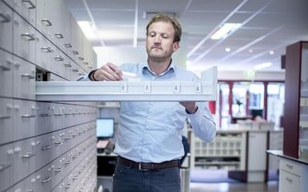 Apotheker Edgar Weening uit Veendam haalt een geneesmiddel tegen oogherpes tegenwoordig uit Duitsland. FOTO CORNÉ SPARIDAENS