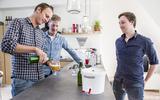 Brouwbroeders Dirk Blaauw, Eelke Dijkstra en Martijn Wouters (vlnr) staan op het punt om van hun eigen brouwsel, een Belgisch blond biertje, te proeven. FOTO PEPIJN VAN DEN BROEKE