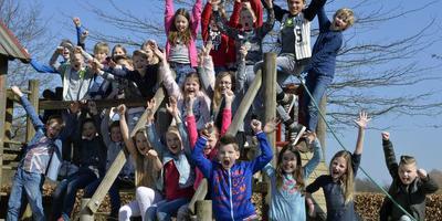 De kinderen van groep 6 van De Lisdodde zijn vandaag bij de officiële opening van Wildlands Adventure Zoo. FOTO BOUDEWIJN BENTING