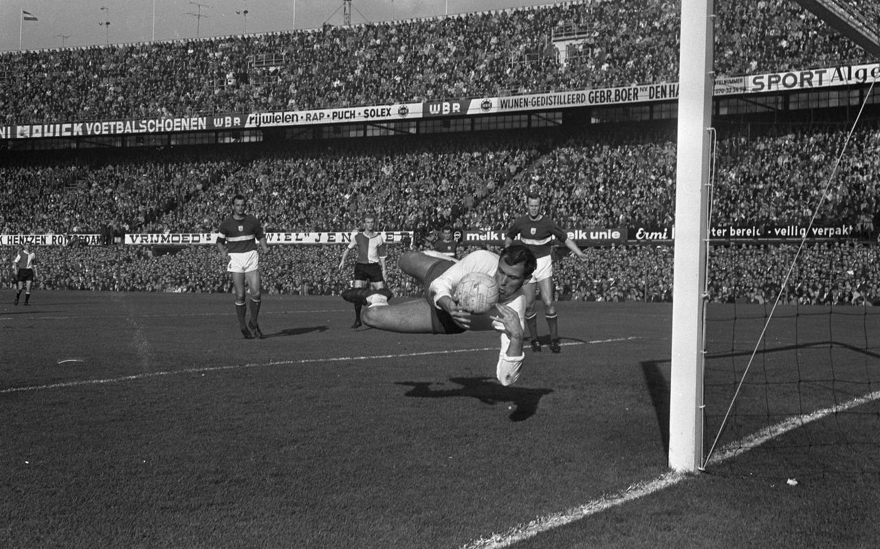 Tonny van Leeuwen als doelman van GVAV stijlvol in actie in een wedstrijd tegen Feyenoord.