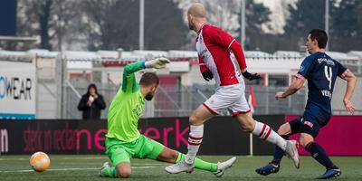 FC Emmen-invaller Nicklas Pedersen klopt PSV-doelman Jeroen Zoet voor het eerst met zijn 1-2. Foto VI Images