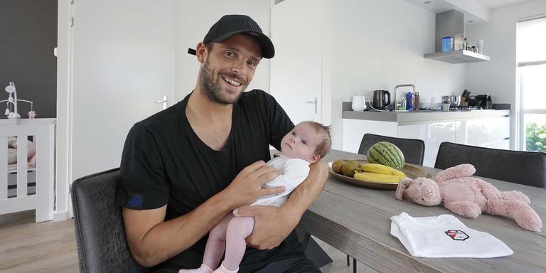 Anco Jansen met dochter Aimée Lynn. ,,Ze begint inmiddels al een beetje te brabbelen.'' Foto: Ruud Ploeg