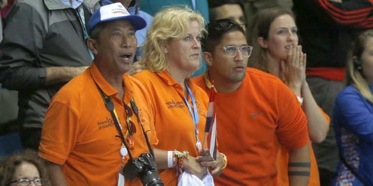 Netty Kromowidjojo is een van de trouwste fans van haar dochter, hier tussen haar man Rudi (links) en zoon Chanoy op de tribune. Foto: Archief DvhN