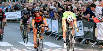 Patrick van der Duin (rechts) sprint voor een uitzinnige menigte naar de overwinning in 'zijn' Roden. Johan Knol komt net iets later over de finish.