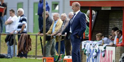 Dit beeld behoort vanaf volgend seizoen tot het verleden: Alfons Arts op 'Corpus' coachend langs de zijlijn bij de beloften van FC Groningen. Archief: DvhN