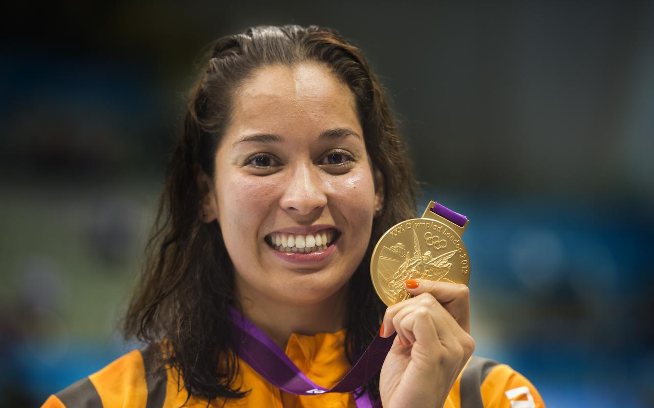 Ranomi Kromowidjojo met de gouden medaille na de finale 100 meter vrij in het Aquatics Centre tijdens de Olympische Spelen in Londen.