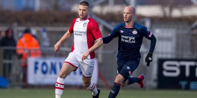 Middenvelder Alexander Bannink (l) van FC Emmen in duel met PSV'er Jorrit Hendrix. Foto VI Images