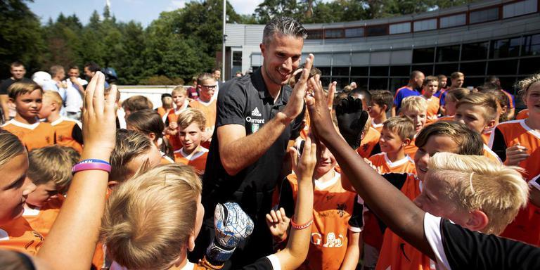 Robin van Persie ontmoet een groep jeugdvoetballertjes na de persconferentie over de Johan Cruijff Schaal. Foto: ANP/Olaf Kraak