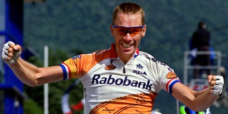 Erik Dekker tijdens een van zijn hoogtepunten als renner. Op 11 juli 2000 kwam hij in de elfde etappe van de Tour de France als eerste over de finish. Foto EPA/Patrick Kovarik