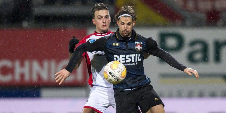Nick Bakker (links) van FC Emmen in duel met Fran Sol van Willem II. Foto: ANP Pro Shots