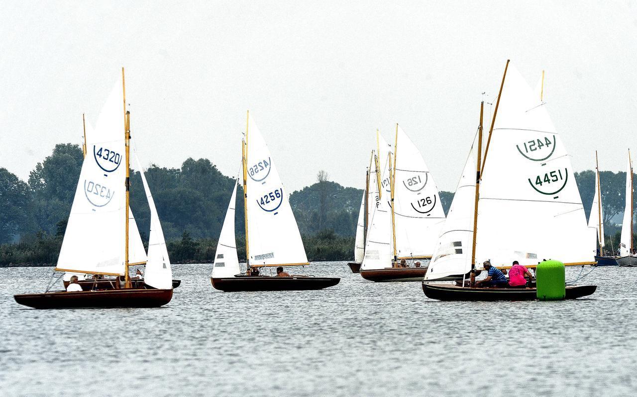 Impressie van de wedstrijden op het Schildmeer, met links Rogier Slopsema en Greet Smit, de uiteindelijke winnaars in de 16M2-klasse.