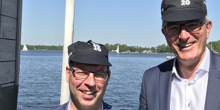 Gedeputeerden Henk Jumelet en Patrick Brouns met WK 2020-pet na de gezamenlijke presentatie van het plan. Foto: Archief