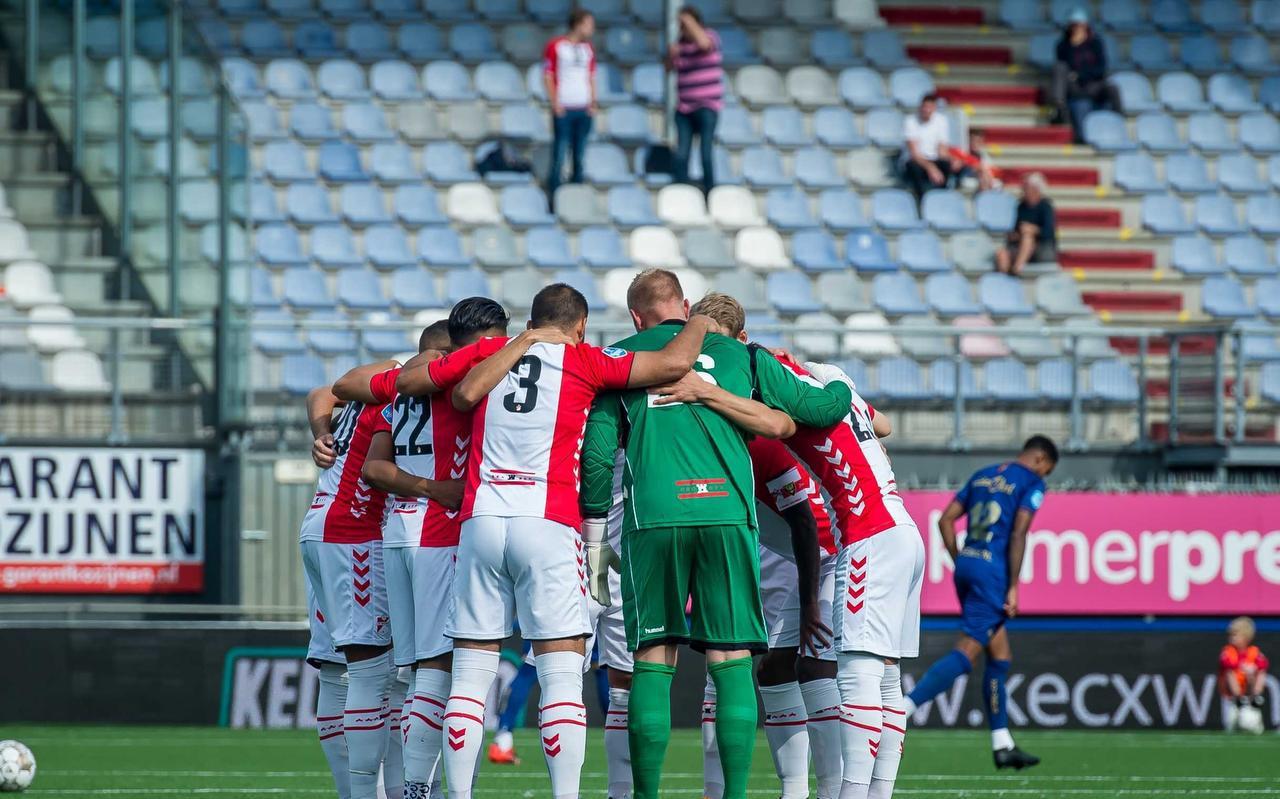 Spelen voor uitgedunde tribunes, zoals hier bij het competitieduel tussen FC Emmen en VVV-Venlo, is veel voetballiefhebbers een doorn in het oog.
