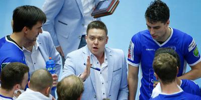 Lycurgus-coach Arjan Taaij spreekt zijn mannen toe. Foto ANP/Bas Czerwinski