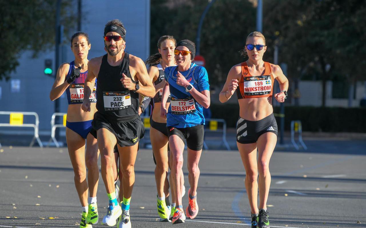 Andrea Deelstra (tweede van rechts) tijdens de marathon in Valencia.