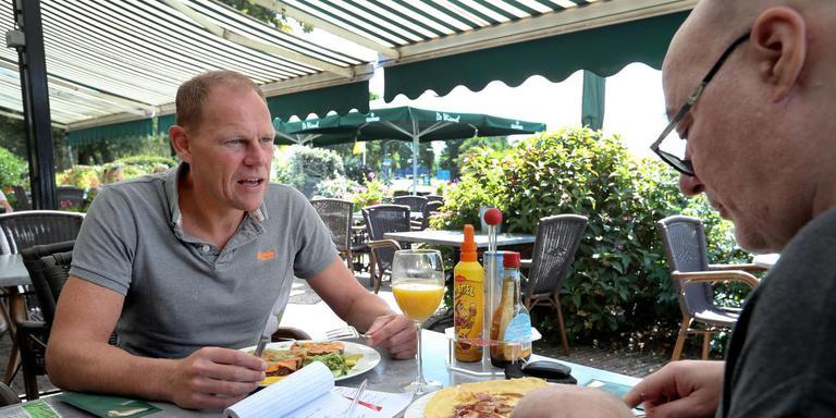 Reint-Jan Auwema en verslaggever Sjoerd Jansen (rechts) praten over sport en politiek. Foto: Harry Tielman