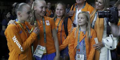 Sanne Wevers showt samen met tweelingzus Lieke haar gouden medaille aan de koninklijke familie.