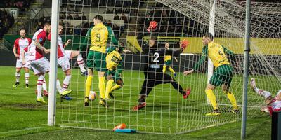 Via het been van FC Emmen-verdediger Andrej Lukic komt Fortuna Sittard al in de tweede minuut op voorsprong. FOTO: ANP / VI IMAGES