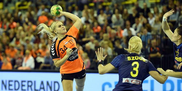 Anouk Nieuwenweg schiet voor Nederland-B op het Roemeense doel. Foto Archief/Orange Pictures