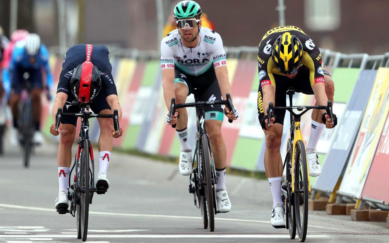 De Belg Wout van Aert (r) is uitgeroepen tot winnaar van de Amstel Gold Race. Het verschil tussen hem en de Brit Thomas Pidcock (l) was amper waarneembaar.