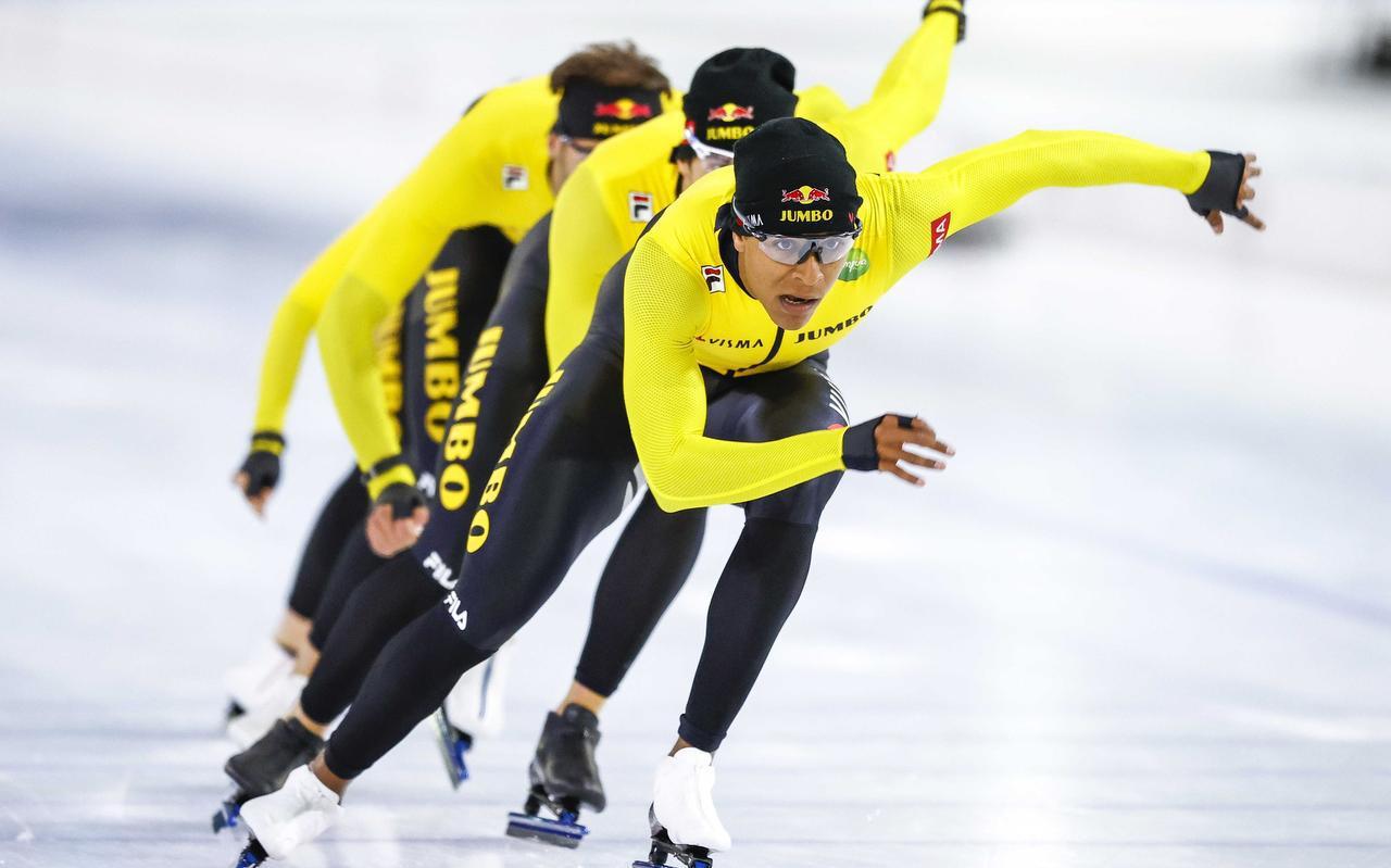 Dai Dai Ntab voert bij de teampresentatie van Jumbo-Visma een treintje aan voor Hein Otterspeer en Thomas Krol. De sprinter voelt zich goed bij zijn nieuwe ploeg en ervaart meer stabiliteit.