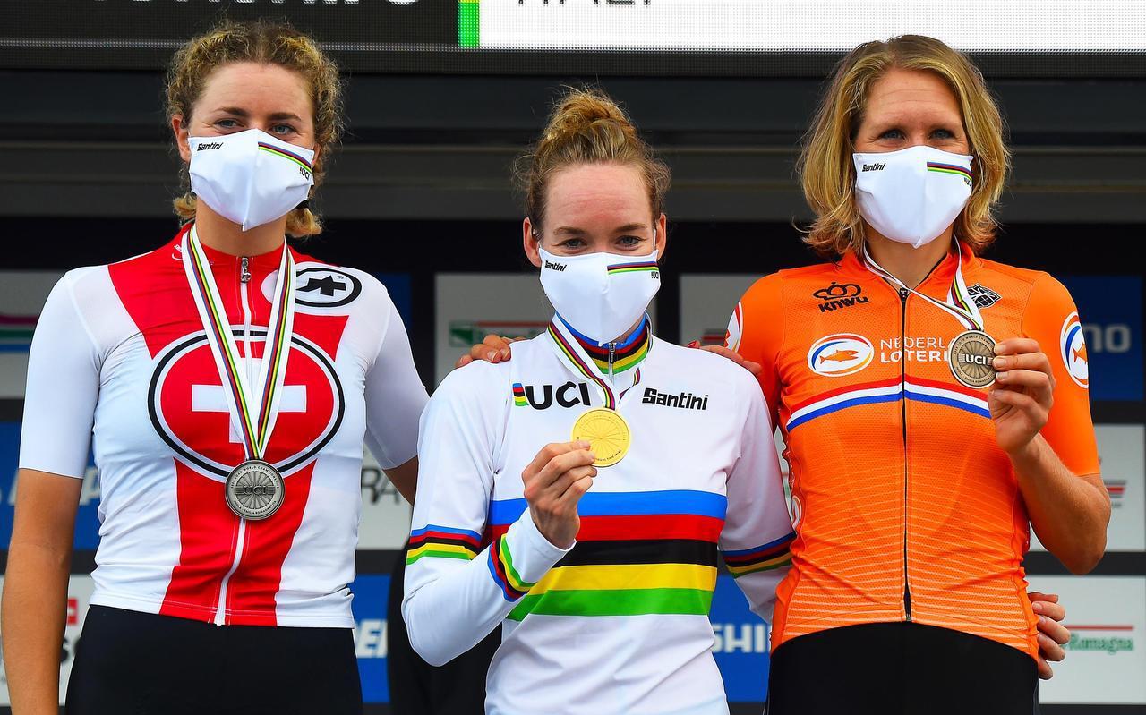 Anna van der Breggen met haar gouden medaille op het podium. Zij wordt geflankeerd door nummer twee Marlen Reusser (links) en de als derde geëindigde Ellen van Dijk.