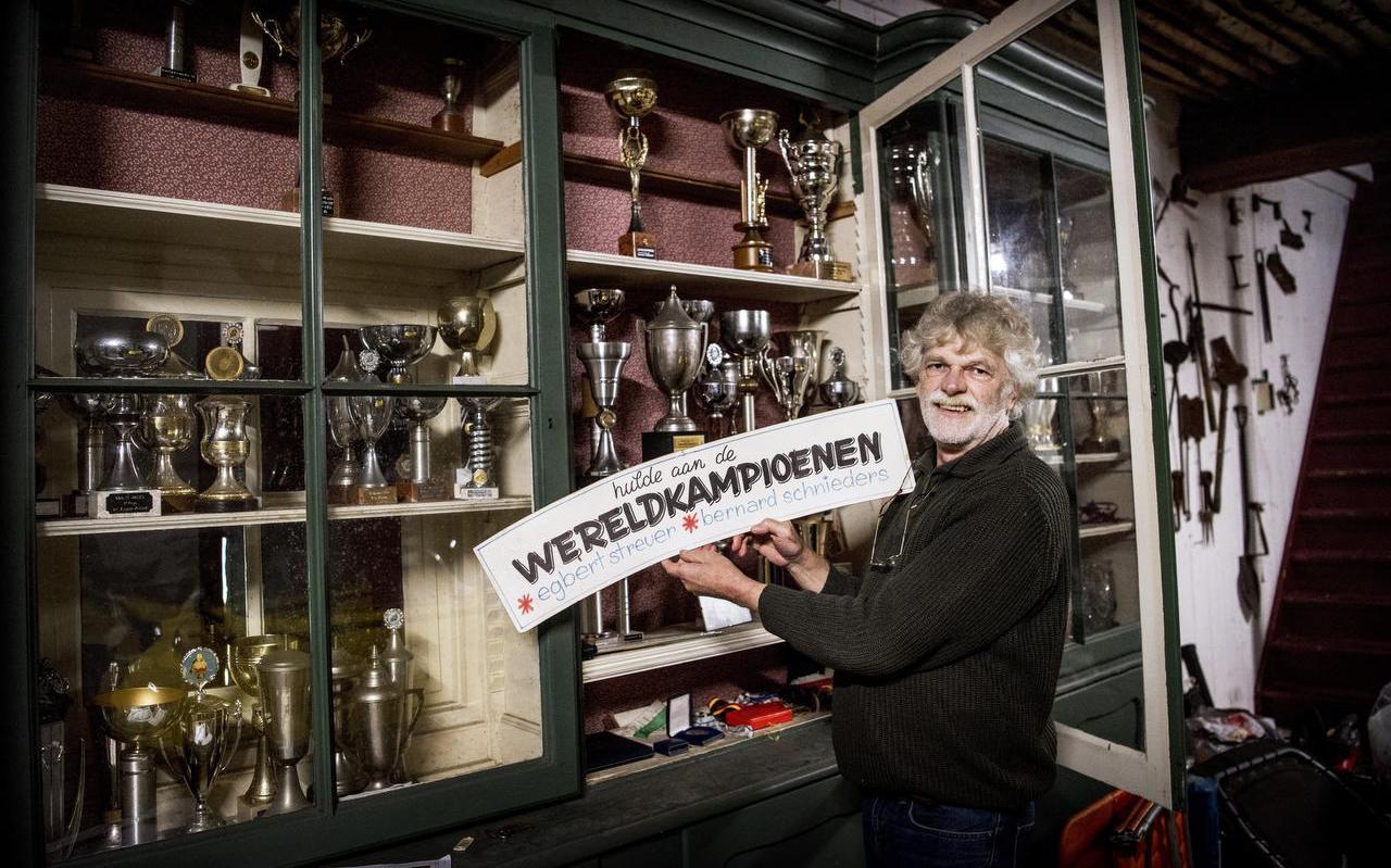 Motorcoureur Egbert Streuer bij zijn uitpuilende prijzenkast in zijn huis in Grolloo. Foto: Corné Sparidaens