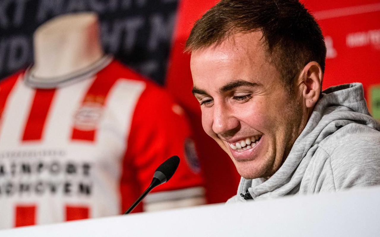 Mario Götze bij zijn presentatie in het Philips Stadion. De 28-jarige middenvelder heeft een contract voor twee seizoenen bij PSV ondertekend.