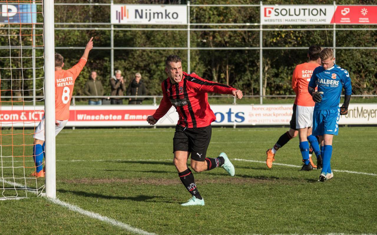 Jeroen Buurke juicht na één van zijn vijf goals tegen Nieuw Buinen. Foto Arno Steeman