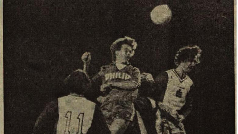 Jurrie Koolhof kopt tussen twee Emmenaren in op doel. Foto: archief DvhN