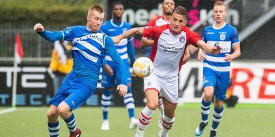 FC Emmen-verdediger Nick Bakker (r) in duel met Mike van Duinen van PEC Zwolle. Foto ANP