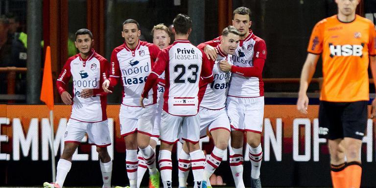 FC Emmen viert in Volendam de openingstreffer van Cas Peters uit een strafschop.