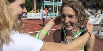 Winnares Hinke Schokker krijgt na haar zege een medaille omgehangen. Foto Duncan Wijting
