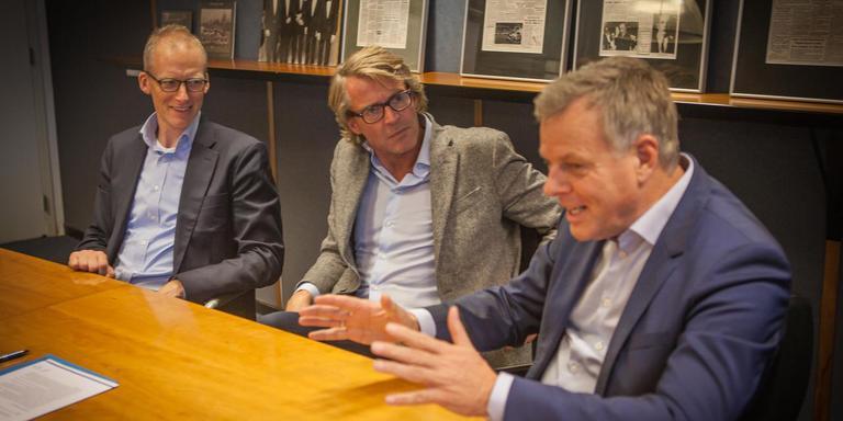 Donar-bestuurders Jannes Stokroos (rechts) en Gert-Jan Swaving en commercieel directeur van NDC Mediagroep Pier Baarsma (midden) bezegelen de samenwerking met een goed gesprek.