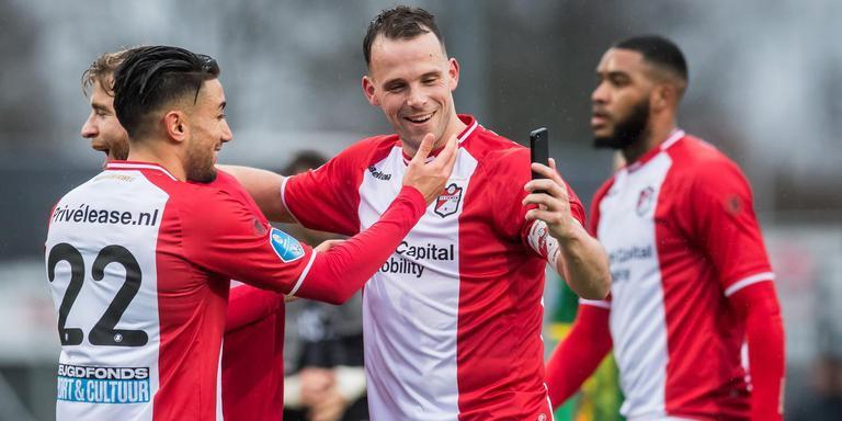 Een dolgelukkige Anco Jansen maakt een selfie na de zege van FC Emmen op ADO Den Haag (3-2). Links Caner Cavlan, rechts Jafar Arias. Foto VI Images
