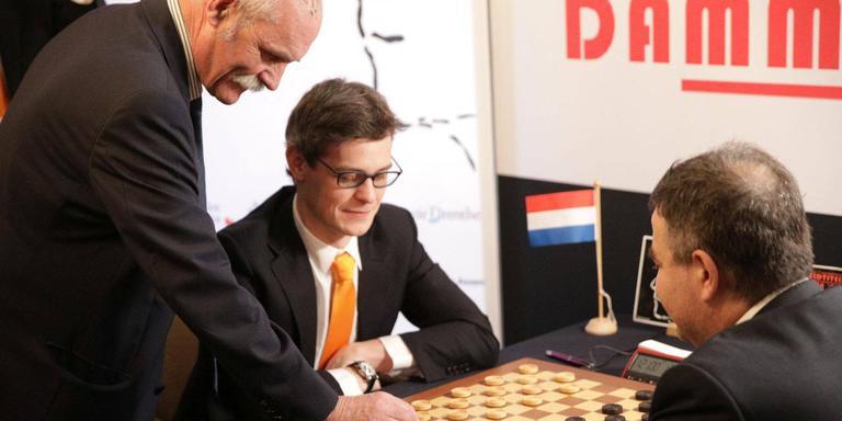 Oud-wereldkampioen Harm Wiersma (links) opent de WK-tweekamp tussen Alexander Schwarzman (rechts) en uitdager Roel Boomstra. Foto: KNDB