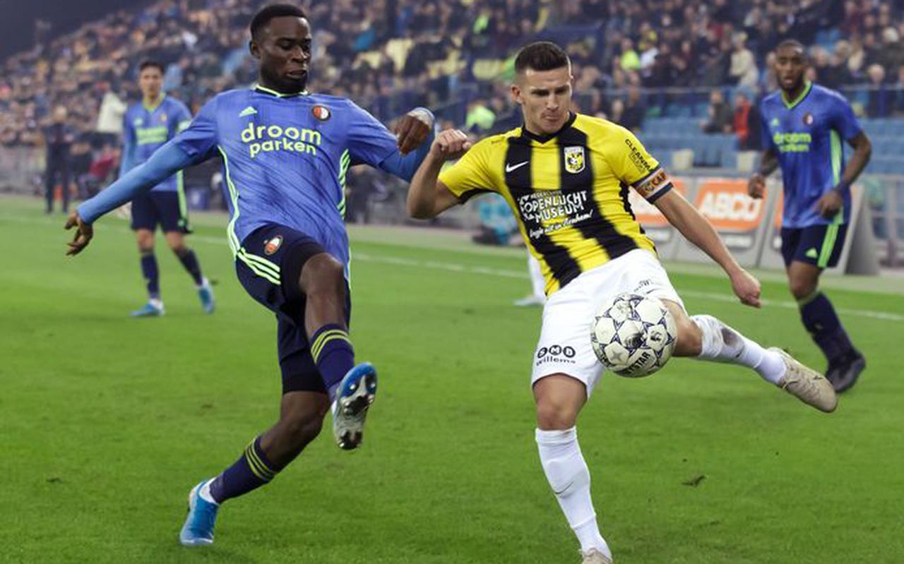 Bryan Linssen (rechts) in het shirt van Vitesse.