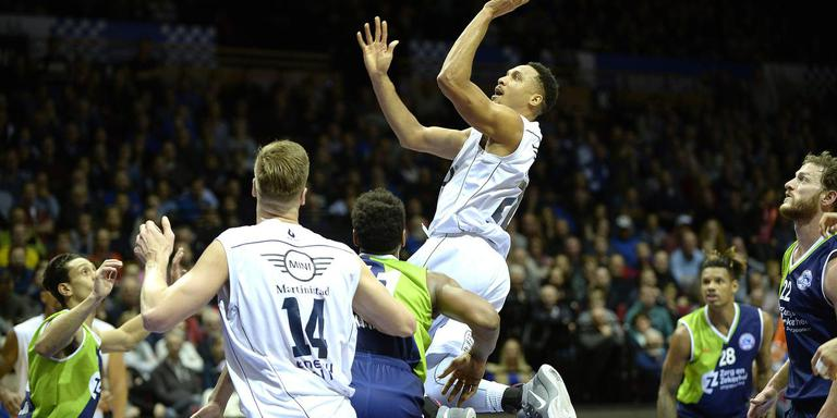 Donar-basketballer Brandyn Curry is op weg naar een score. Foto Jan Kanning