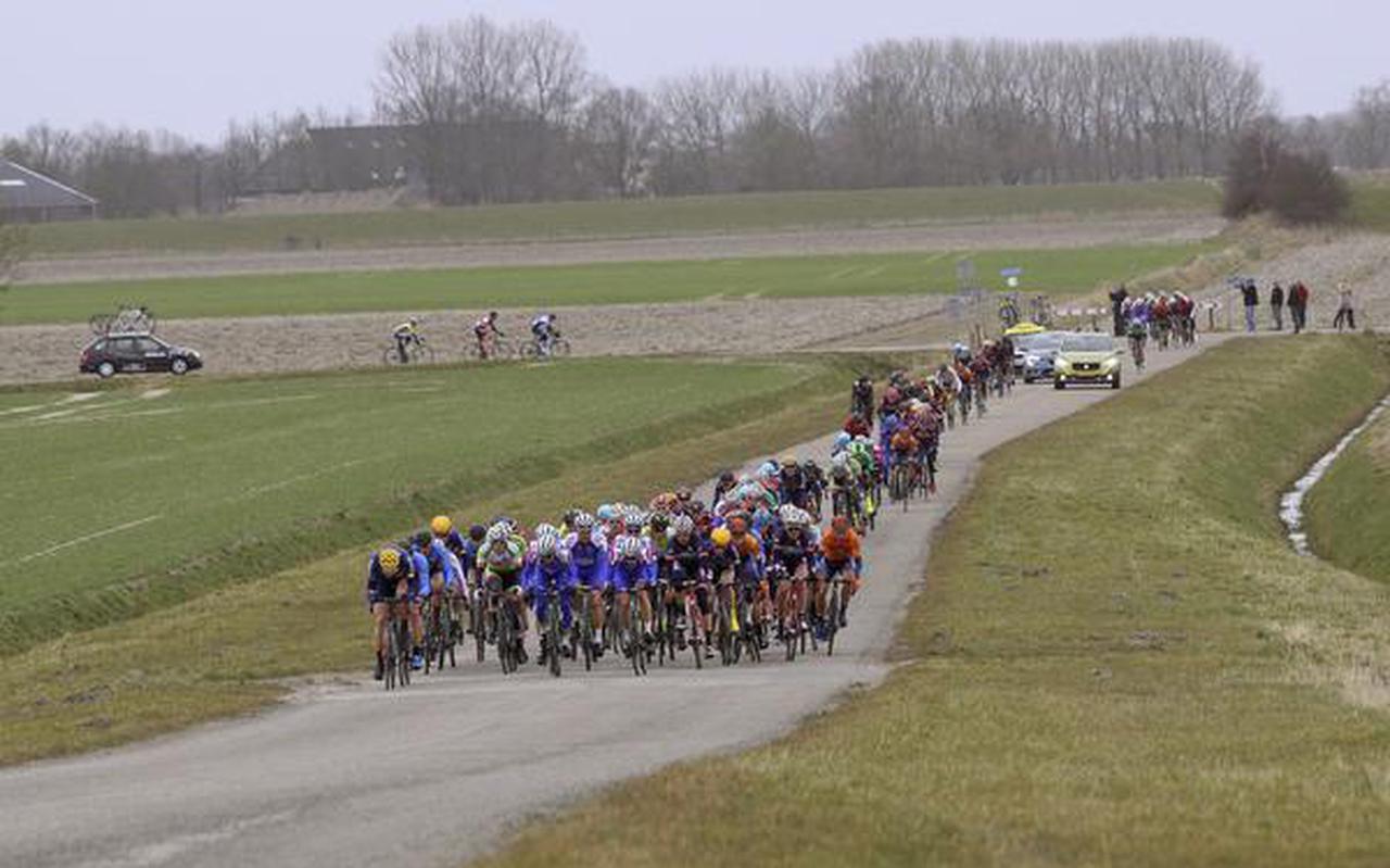 Waaiervorming tijdens de Ronde van Groningen, als het uitgedunde peloton op de Kustweg richting Lauwersoog rijdt. FOTO RUDIE OTTENS