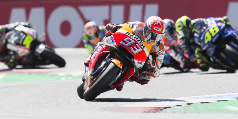 Marc Marquez (SPA) op zijn Honda gaat aan kop in de wedstrijd op het TT-circuit van Assen.