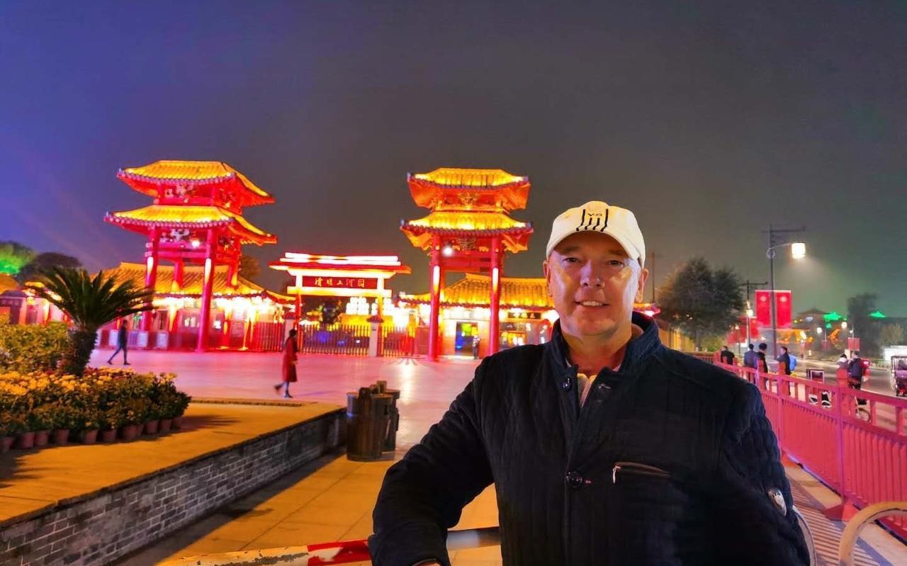 Het leven bevalt Joop Gall uitstekend in China, waar hij hoge ogen gooit met het Hollandse School-voetbal dat hij op zijn Highschool introduceert.